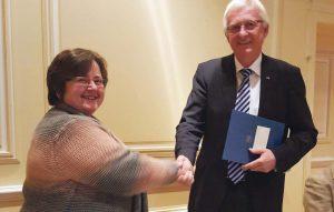Der stellvertretende Geschäftsführer der  Versammlung, Direktor Diedrich Backhaus,  überreicht die Ehrenurkunde an Silvia Börner